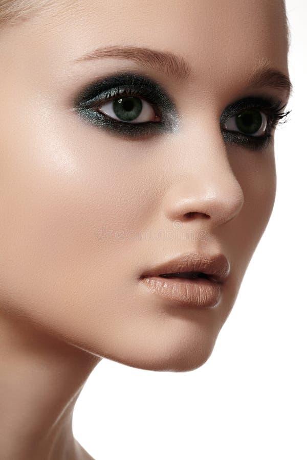 Luksusowa kobieta modela twarz z eleganckim moda makijażem, czysta skóra obraz stock