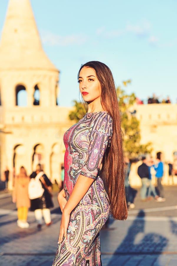 Luksusowa kobieta w wiecz?r sukni w ulicie luksusowa kobieta w ładny smokingowy plenerowym obraz stock