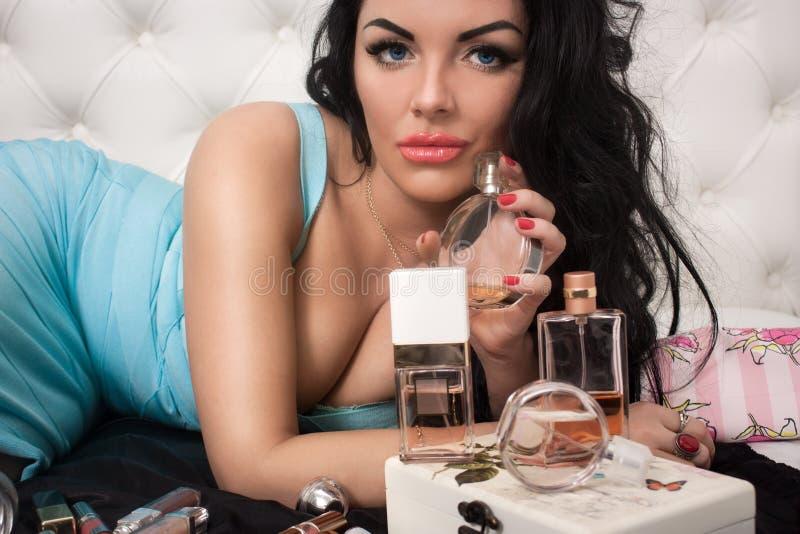 Luksusowa kobieta z pachnidłem zdjęcia stock