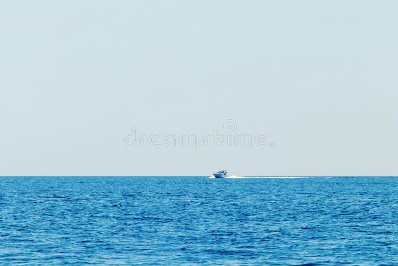 Luksusowa motorowa łódź pływa statkiem w błękitnym morzu, wakacje zdjęcia royalty free