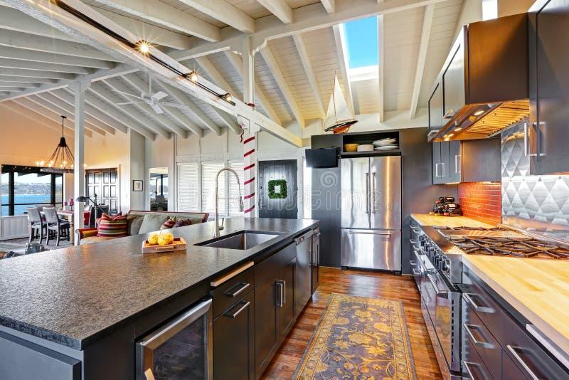 Luksusowa piękna ciemna nowożytna kuchnia z przesklepionym drewnianym sufitem obrazy stock