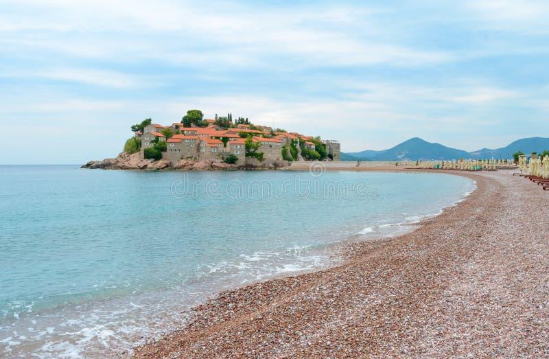 Luksusowa piasek plaża blisko wyspy Sveti Stefan i kurortu, Montenegro Bałkany, Adriatycki morze, Europa fotografia royalty free