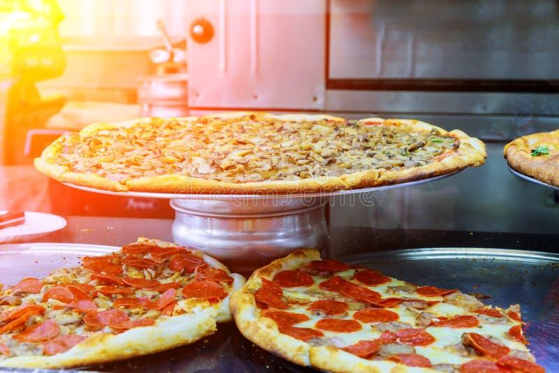 Luksusowa pizza z plasterkiem pizza w nowożytnej restauraci zdjęcie royalty free