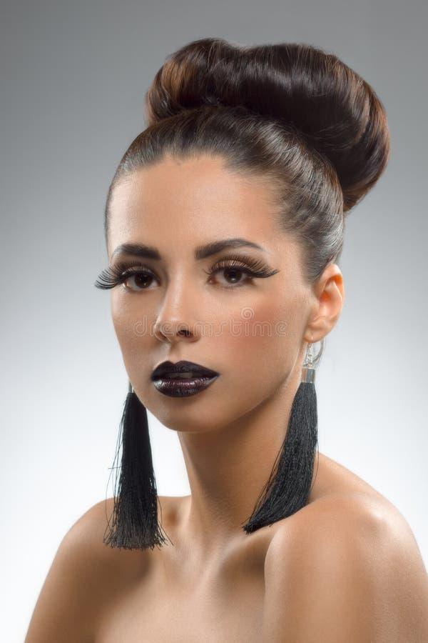 Luksusowa pracowniana portret brunetka z dużymi rzęsami i pięknymi akcesoriami zdjęcie royalty free