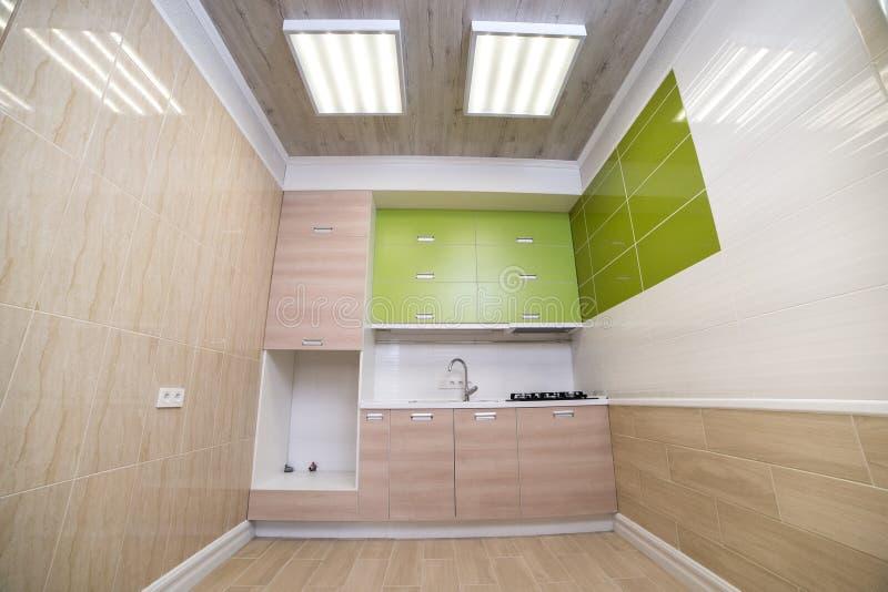 Luksusowa pralnia w domu z zielonymi spiżarniami, lekki parkietowy obrazy stock