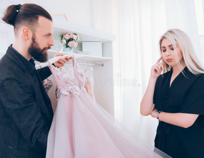 Luksusowa sali wystawowej mody konsultanta suknia wieczorowa obrazy royalty free