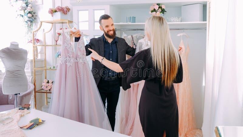 Luksusowa sali wystawowej mody konsultanta suknia wieczorowa fotografia stock