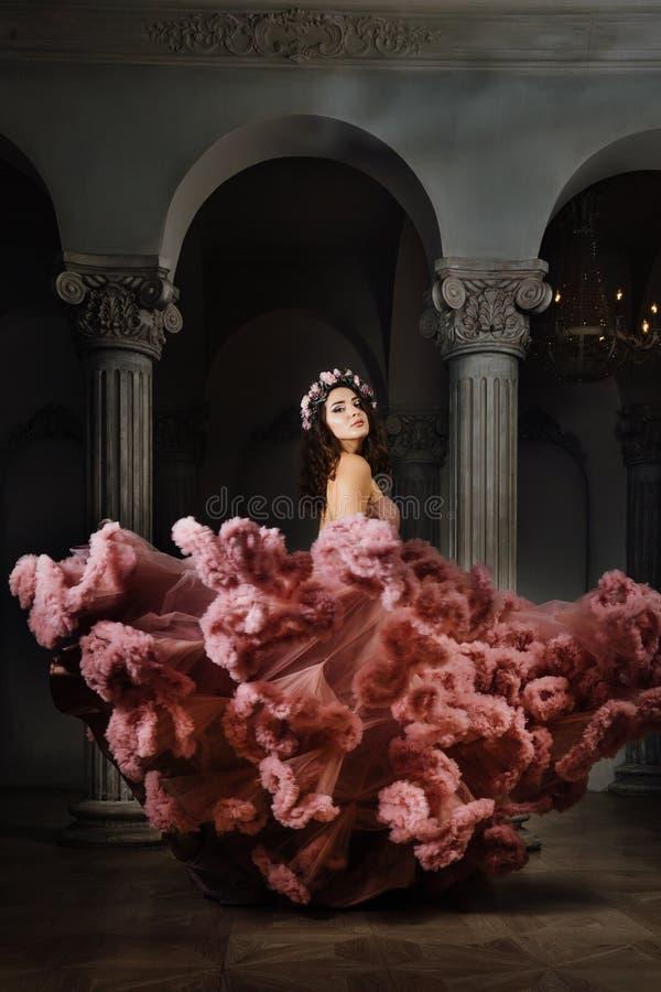 Luksusowa seksowna dziewczyna w wieczór chmurnej sukni tanczy i kłębi przy piłką obraz royalty free