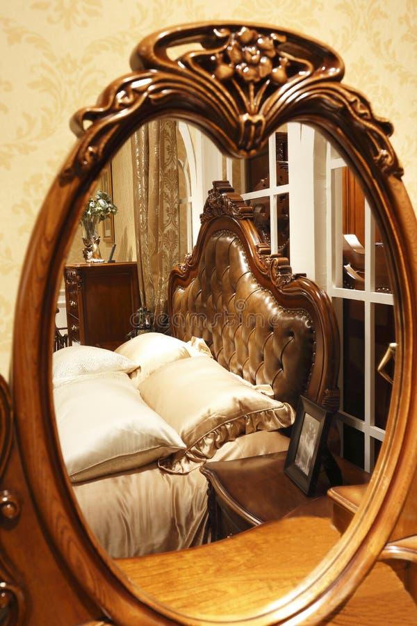 Luksusowa sypialnia widzieć od lustra obrazy royalty free