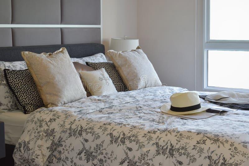 Luksusowa sypialnia z kwiatu wzoru poduszkami obrazy stock