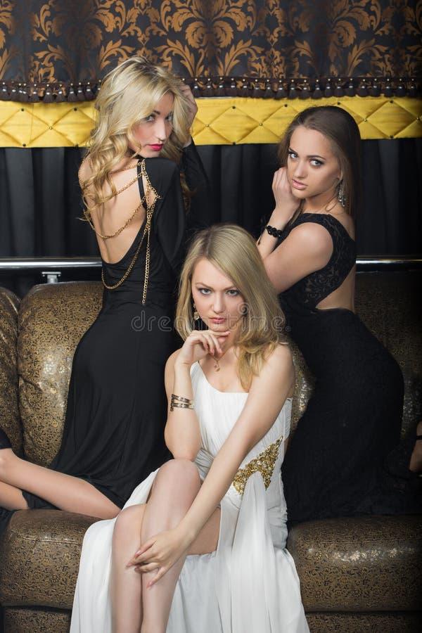 Download Luksusowe Dziewczyny W Wieczór Sukniach W Pięknym Obraz Stock - Obraz złożonej z hotel, dama: 57665785