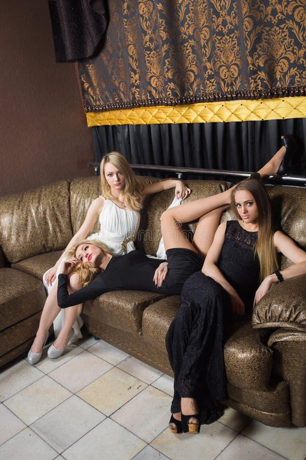 Download Luksusowe Dziewczyny W Wieczór Sukniach W Pięknym Obraz Stock - Obraz złożonej z moda, tło: 57666191