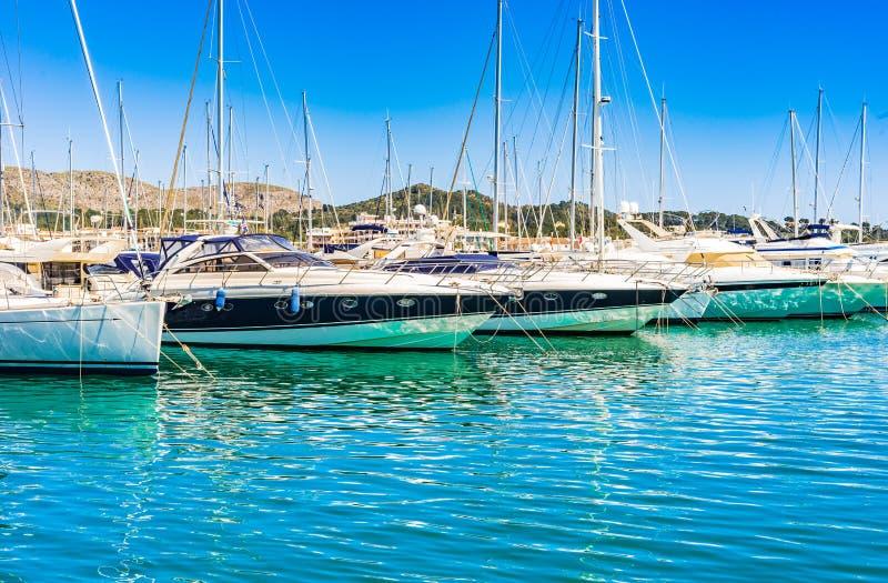 Luksusowe jacht łodzie przy marina Portowy De Alcudia na Majorca wyspie, Hiszpania obrazy royalty free