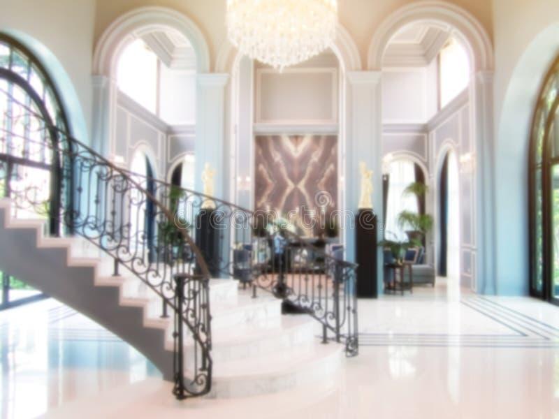 Luksusowe lobby z eleganckim zakrzywionym schodem, otwartą przestrzeń wewnątrz greckiego stylu, koncepcja zamazanego tła może fotografia stock