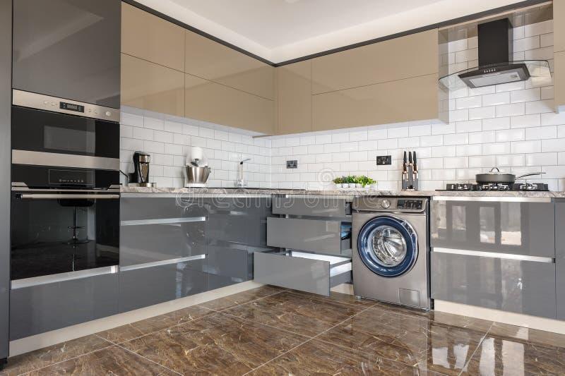 Luksusowe nowoczesne białe, beżowe i szare wnętrze kuchenne obraz royalty free