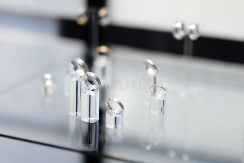 Luksusowe obrączki ślubne w jubilera sklepie zdjęcie stock