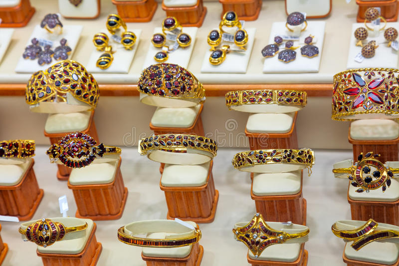 Luksusowego Garnet biżuterii sklepu złocisty nadokienny pokaz obrazy stock