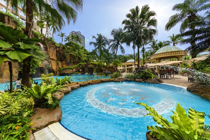 Luksusowego hotelu tropikalny pływacki basen zdjęcia stock