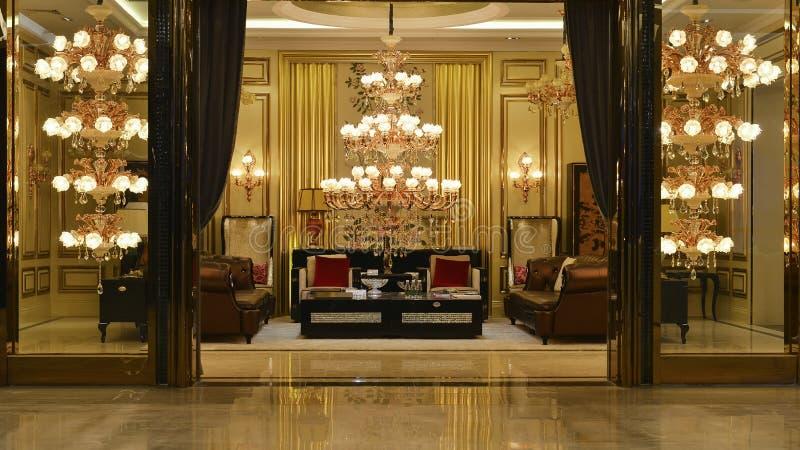 Luksusowego krystalicznego świecznika sala oświetleniowa dekoracja obraz stock