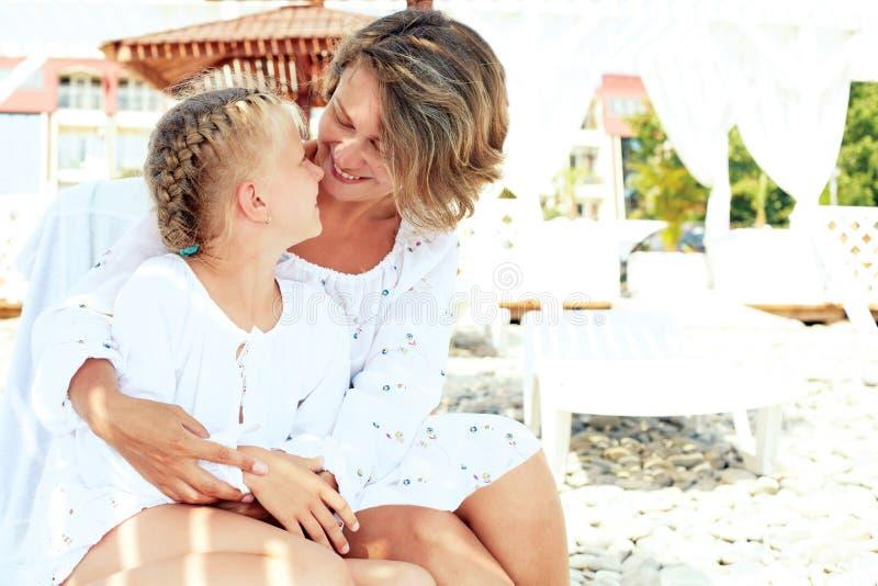 Luksusowego kurortu szczęśliwy rodzinny relaksować zdjęcia stock