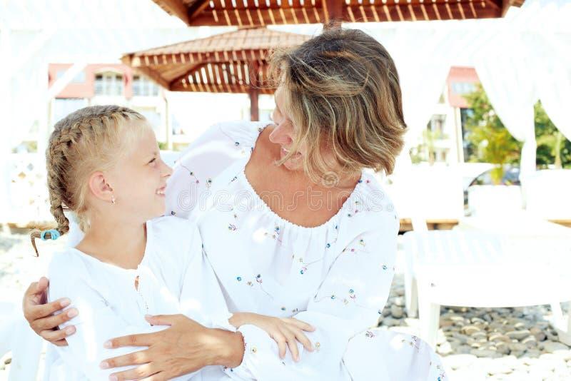 Luksusowego kurortu szczęśliwy rodzinny relaksować obrazy stock