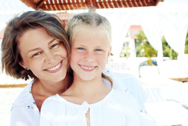Luksusowego kurortu szczęśliwy rodzinny relaksować obraz royalty free