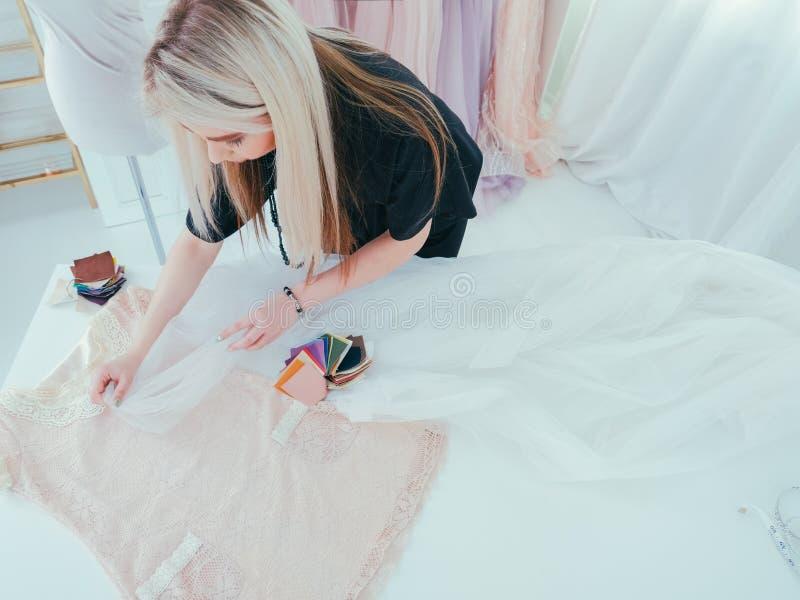 Luksusowej mody dressmaking warsztatowy studio zdjęcie royalty free