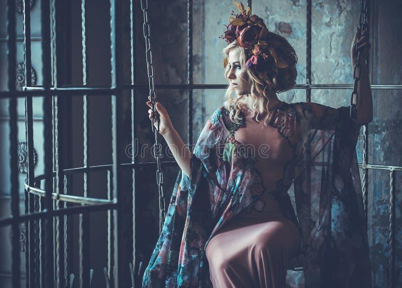 Luksusowej mody elegancka dziewczyna w klatce Kwiat suknia i wr zdjęcie stock