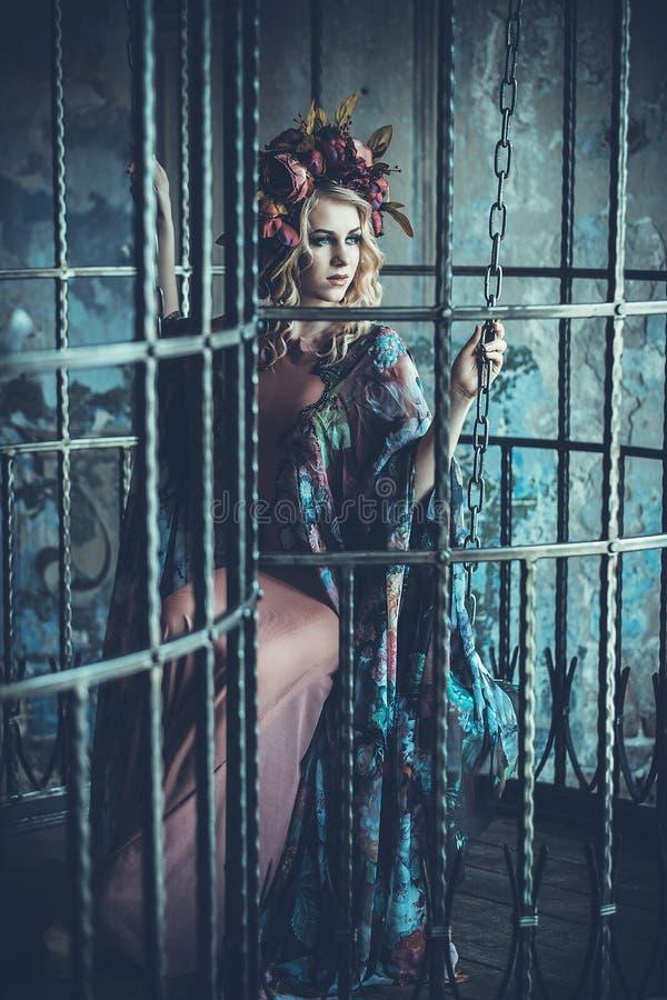 Luksusowej mody elegancka dziewczyna w klatce Kwiat suknia i wr obraz royalty free