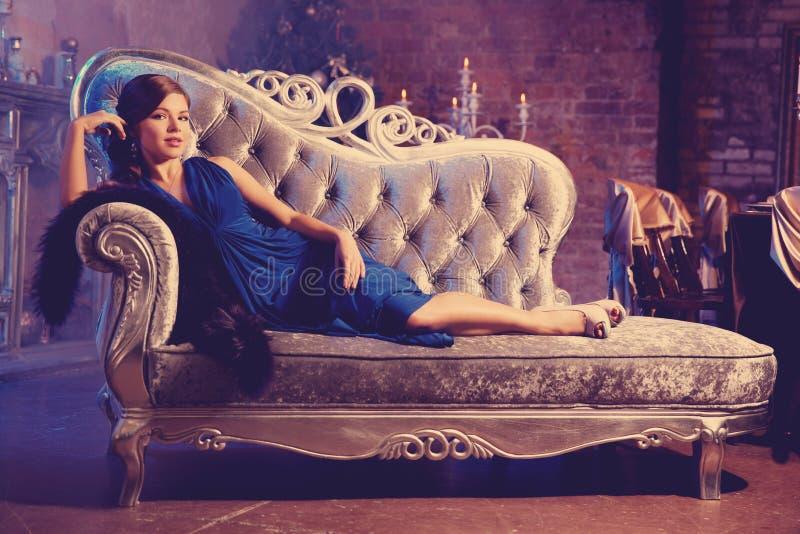 Luksusowej mody elegancka kobieta w bogatym wnętrzu Piękno dziewczyna w zdjęcia stock