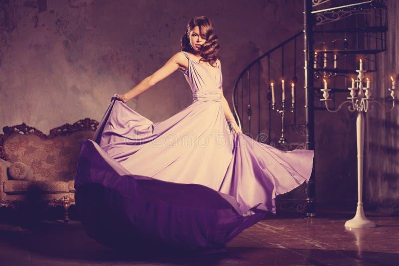 Luksusowej mody elegancka kobieta w bogatym wnętrzu Piękno dziewczyna w obraz stock