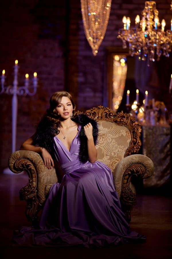 Luksusowej mody elegancka kobieta w bogatym wnętrzu Piękny gira obrazy stock
