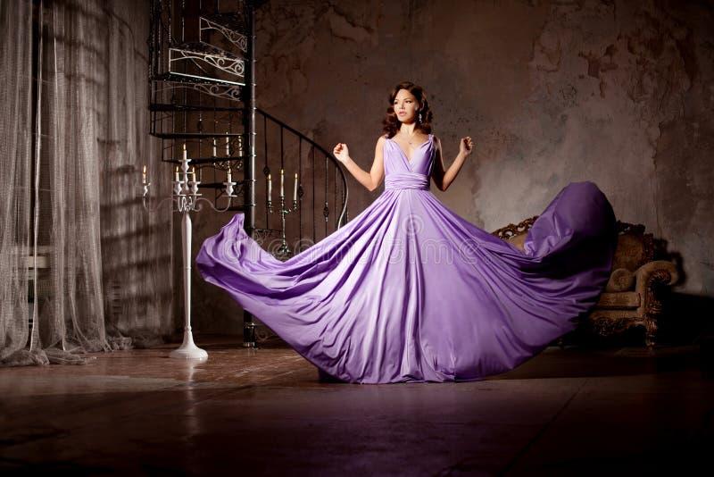 Luksusowej mody elegancka kobieta w bogatym wnętrzu Piękny gira obraz stock