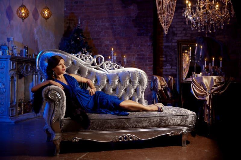 Luksusowej mody elegancka kobieta w bogatym wnętrzu Piękny gira zdjęcia stock