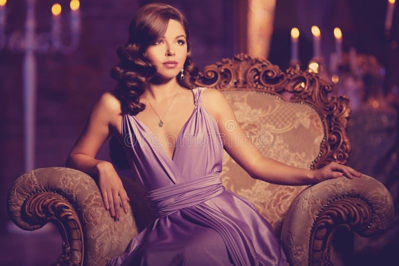 Luksusowej mody elegancka kobieta w bogatym wnętrzu Piękny gira obrazy royalty free
