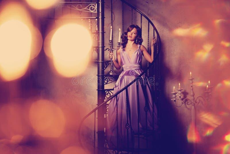 Luksusowej mody elegancka kobieta w bogatym wnętrzu Piękny gira zdjęcie stock