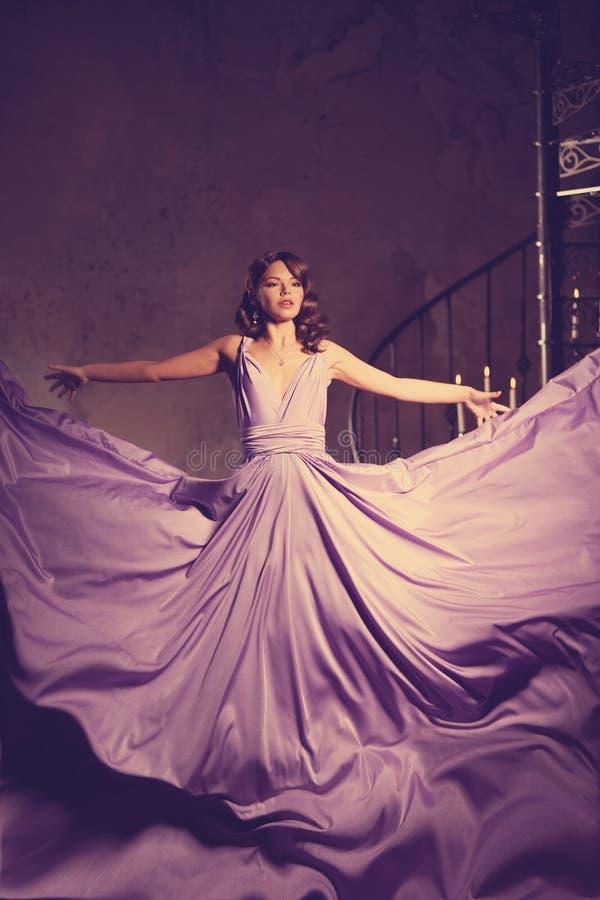 Luksusowej mody elegancka kobieta w bogatym wnętrzu Piękny gira fotografia stock