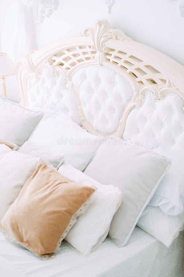 Luksusowej sypialni wewnętrzny projekt w bielu i beżu kolorach obrazy stock