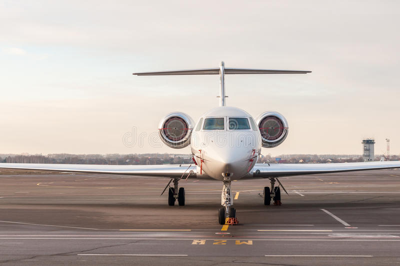 Luksusowi biznesu strumienia stojaki przy lotniskiem i przygotowywający dla wsiadać Intymnego samolotu frontowy widok obraz stock