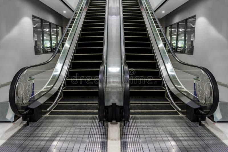 Luksusowi eskalatory, nowożytni, z schody który patrzeje dobrym z klasą obraz royalty free
