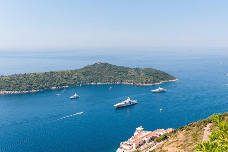 Luksusowi jachty przy Lokrum wyspą na Adriatyckim morzu obraz stock
