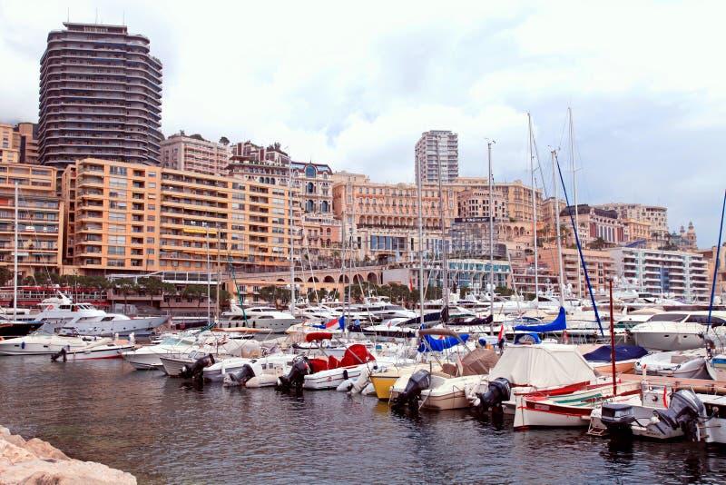 Luksusowi jachty w portowym Hercules i cityview w Monte, Carlo -, zdjęcie stock