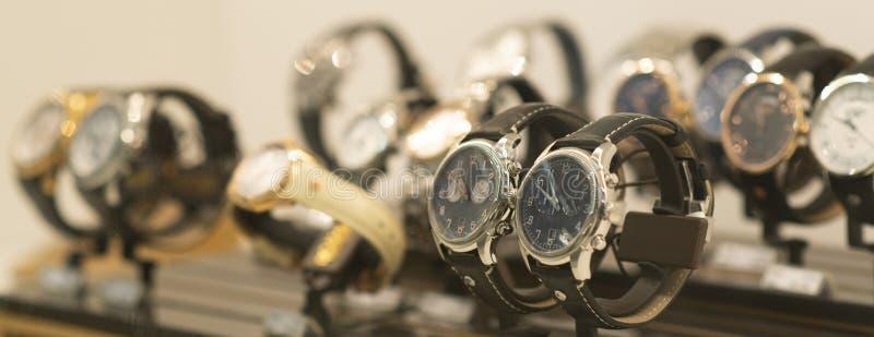Luksusowi mężczyzn zegarki przy sklepem fotografia royalty free