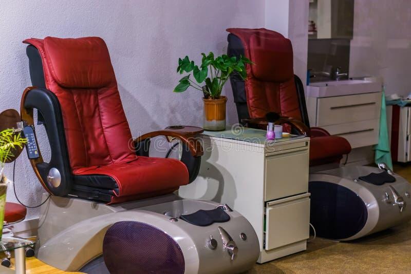 Luksusowi masowań krzesła, zdrój, leczniczy wyposażenie, relaksować lub opieka zdrowotna, obrazy stock