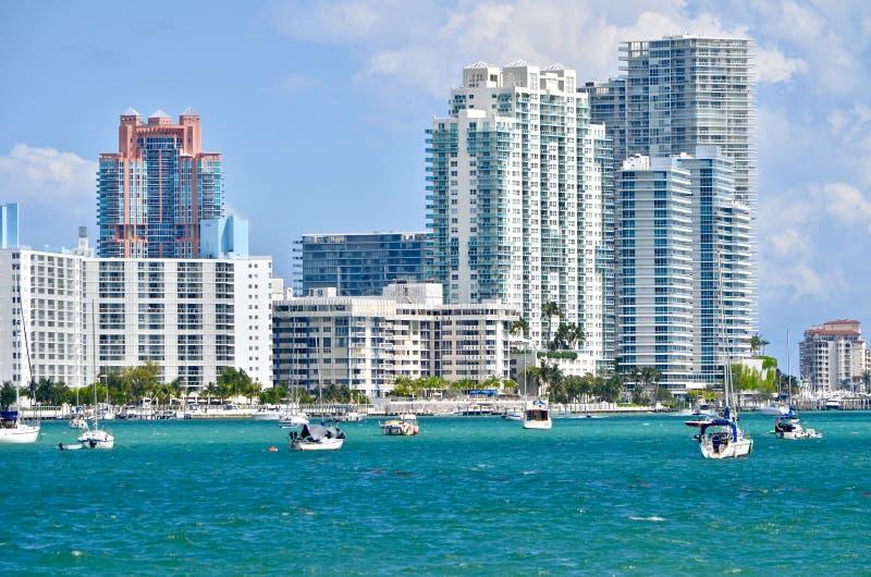 Luksusowi Miami plaży mieszkania własnościowe na Nabrzeżnej drodze wodnej obrazy stock