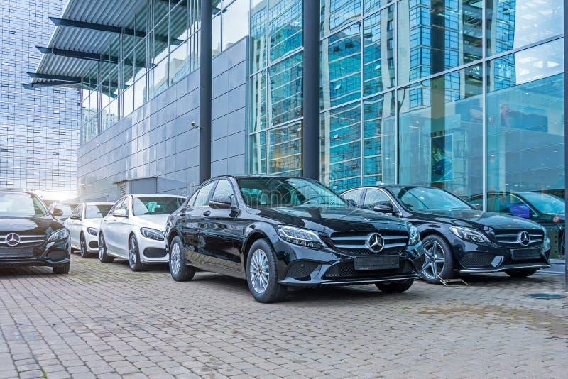 Luksusowi samochody Mercedes-Benz C i E klasowy parking przed samochodowym sklepem Rosja Petersburg 09 2018 Październik zdjęcie royalty free