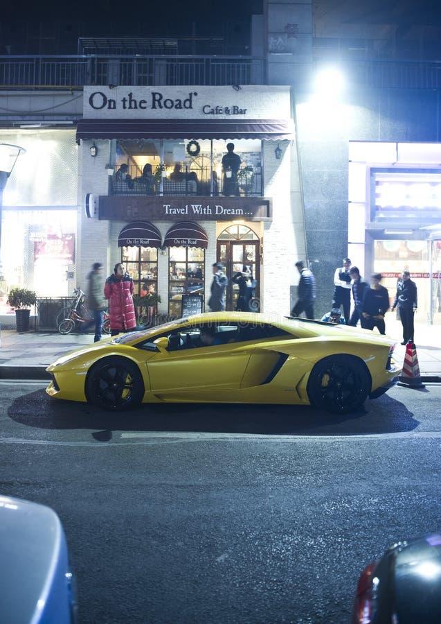 Download Luksusowi Samochody W Ulicach Zdjęcie Stock Editorial - Obraz złożonej z blacktop, samotnie: 53789533