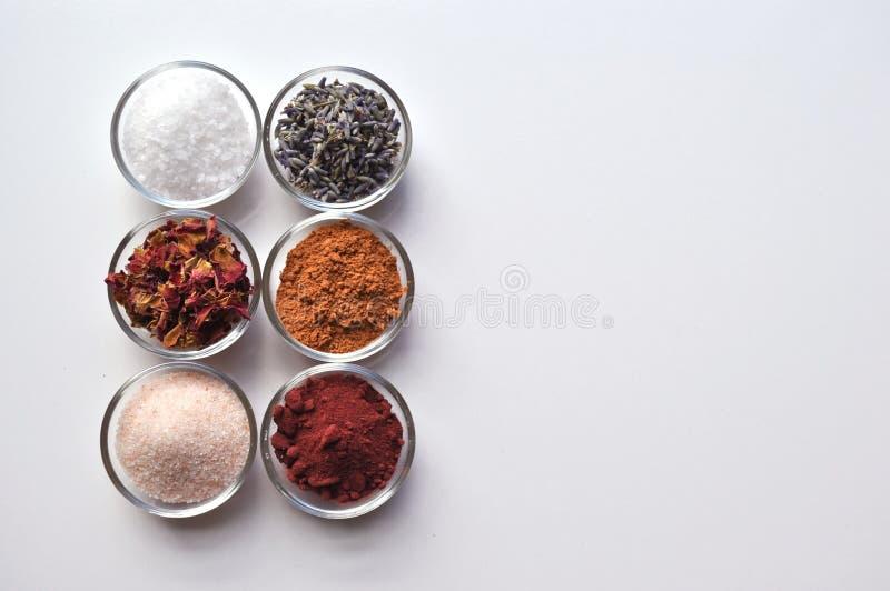 Luksusowi zdrój kąpielowych soli składniki w małych pucharach fotografia stock