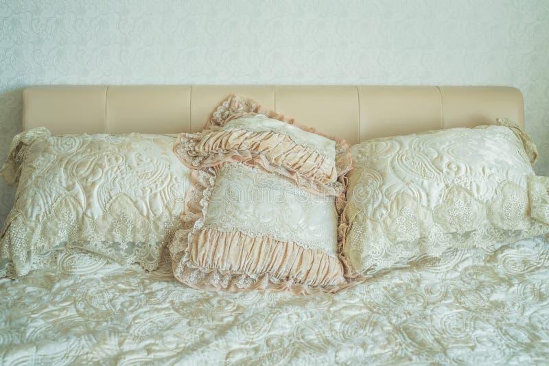Luksusowy łóżko w romantycznej stylowej sypialni fotografia stock