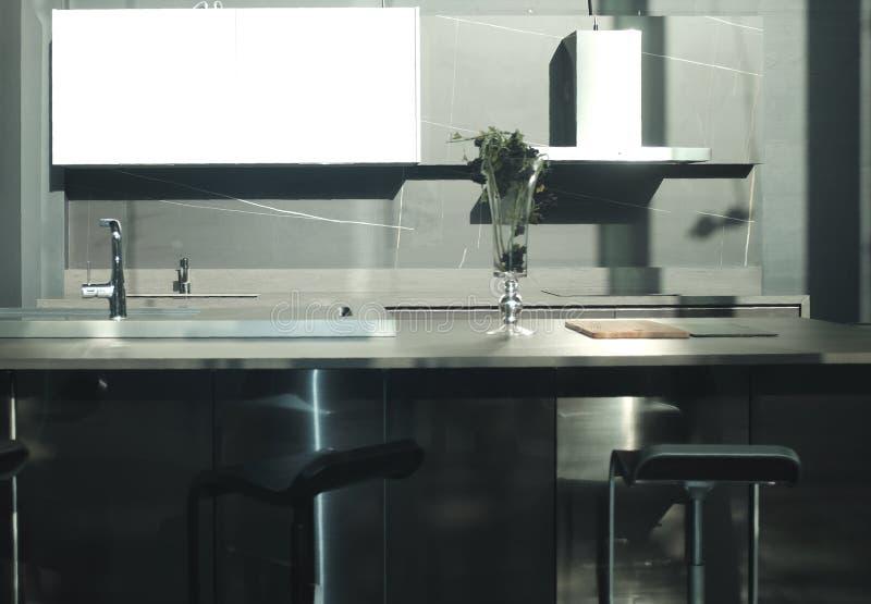 Luksusowy łomota stół w nowożytnej jadalni obraz stock